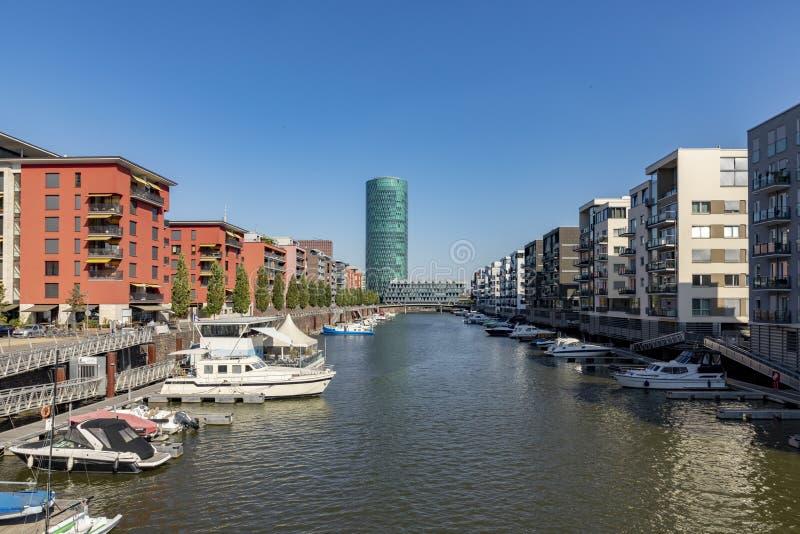 Westhafen塔和私人公寓在法兰克福,德国 库存照片