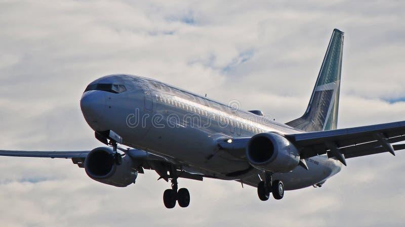 WestJet Boeing 737-800 en acercamiento final a YYZ imagen de archivo libre de regalías