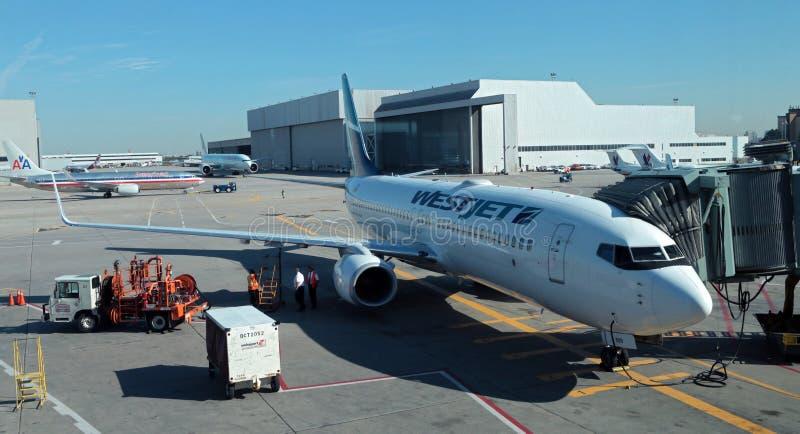Westjet 737 en la pista de despeque imagen de archivo libre de regalías