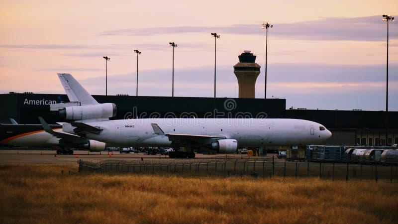 Westliches globales Flugzeug der Fluglinien MD-11 aus den Grund am Tor lizenzfreie stockfotografie