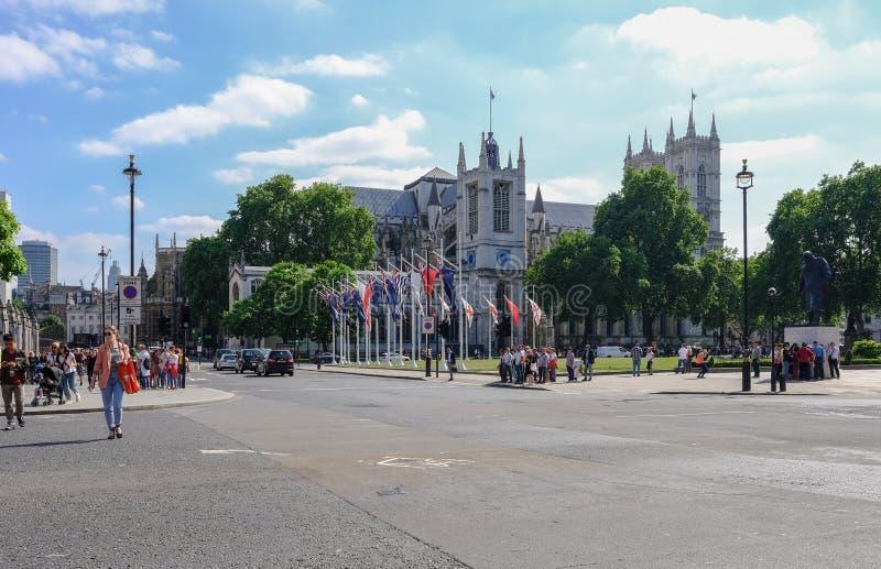 Westminister, Londyn, UK - Czerwiec 8, 2018: widok przez drogę opactwo abbey z ludźmi i ruchem drogowym, robi ulicznej scenie zdjęcia royalty free