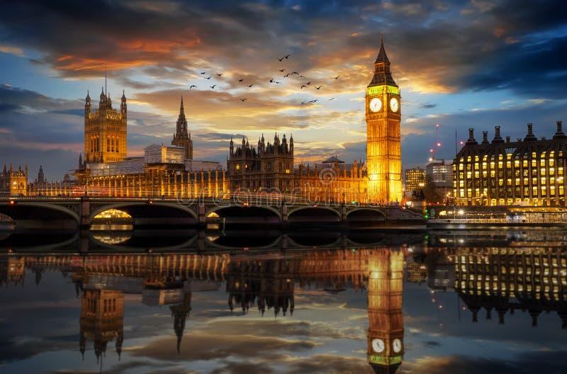 Westminister pałac i Big Ben clocktower w Londyn zaraz po zmierzchem zdjęcia royalty free
