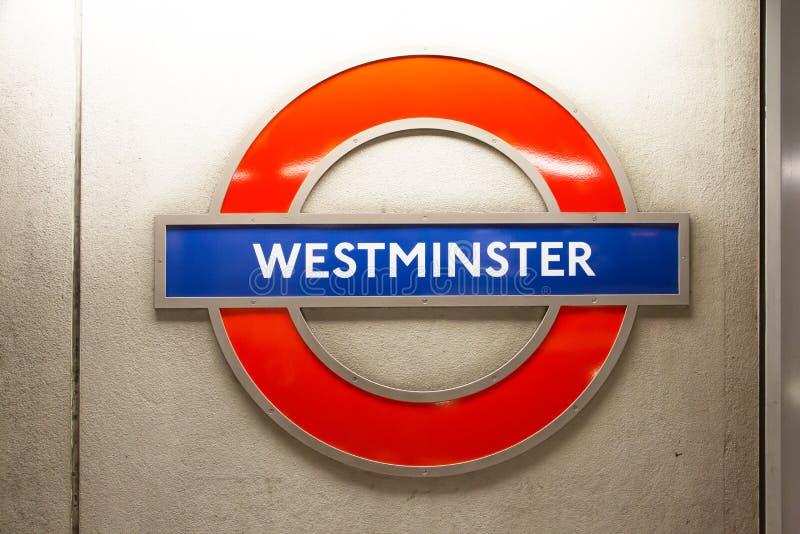Westminister podpisuje wewnątrz Londyńskiego metro fotografia royalty free