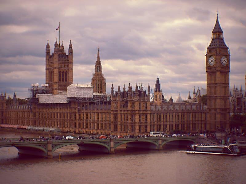Westminster é um bairro ocupado com base no governo perto do Palácio de Buckingham Turistas visitam os monumentos na Praça de Tra fotos de stock royalty free