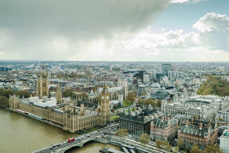 Westminster slott, parlament i London den flyg- sikten fotografering för bildbyråer