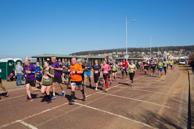 Weston Super halv maratonWeston-toppen-sto Somerset på den söndag 24th mars 2019 royaltyfri bild