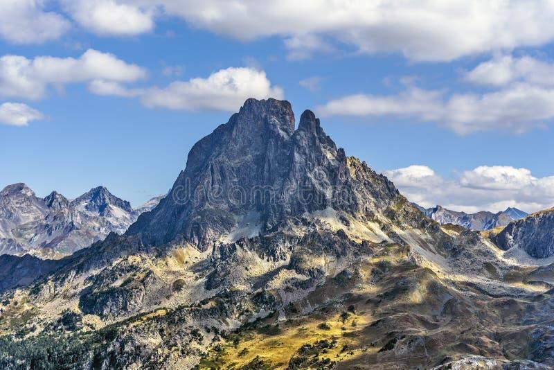 Westseite der berühmten Pyrenean Spitze Midi Ossau, wie vom Gebirgspass Ayous in Octber gesehen Atlantik Pyrenäen, Bearn, lizenzfreie stockfotografie