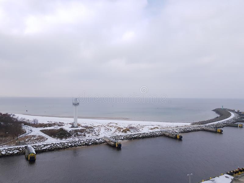 Westwellenbrecher in der Stadt von Kolobrzeg im Winter, Eingang zum Hafen, Mündung des Parseta-Flusses zur Ostsee in Pol stockbilder