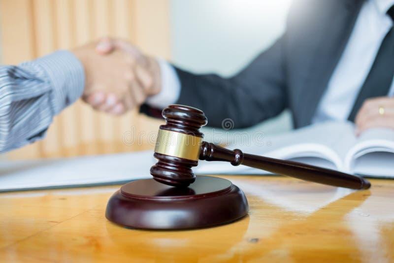 Wet en Juridisch begrip, Overleg tussen procureurs en cliëntenklant het schudden handen die contractovereenkomst binnen bespreken stock foto