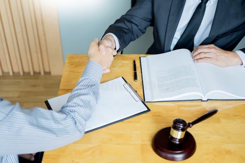Wet en Juridisch begrip, Overleg tussen procureurs en cliëntenklant het schudden handen die contractovereenkomst binnen bespreken royalty-vrije stock foto