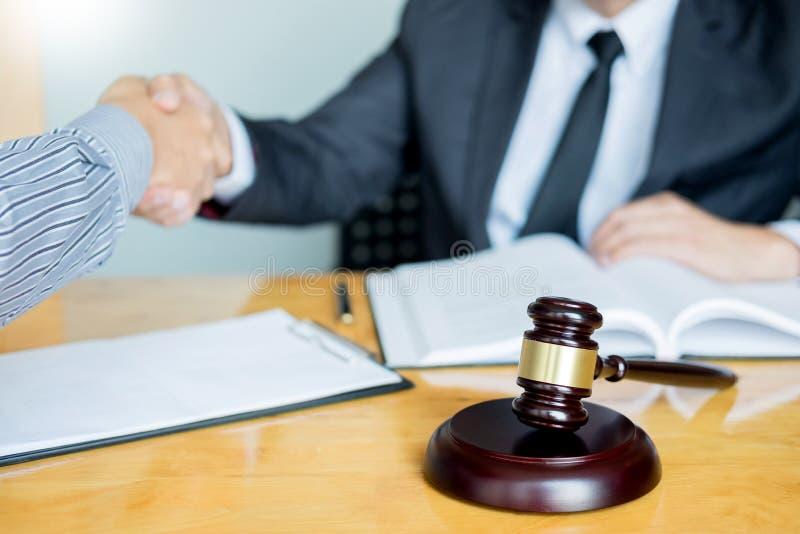 Wet en Juridisch begrip, Overleg tussen procureurs en cliëntenklant het schudden handen die contractovereenkomst binnen bespreken royalty-vrije stock afbeelding