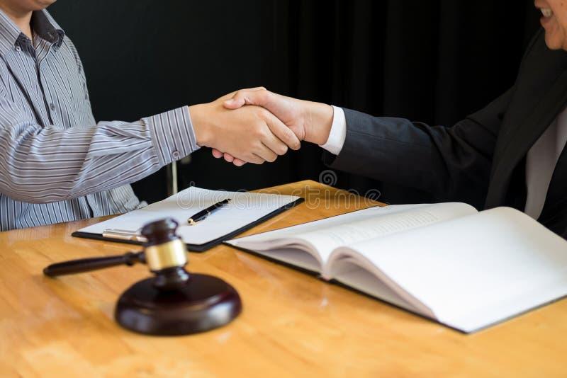 Wet en Juridisch begrip, Overleg tussen procureurs en cliëntenklant het schudden handen die contractovereenkomst binnen bespreken stock fotografie