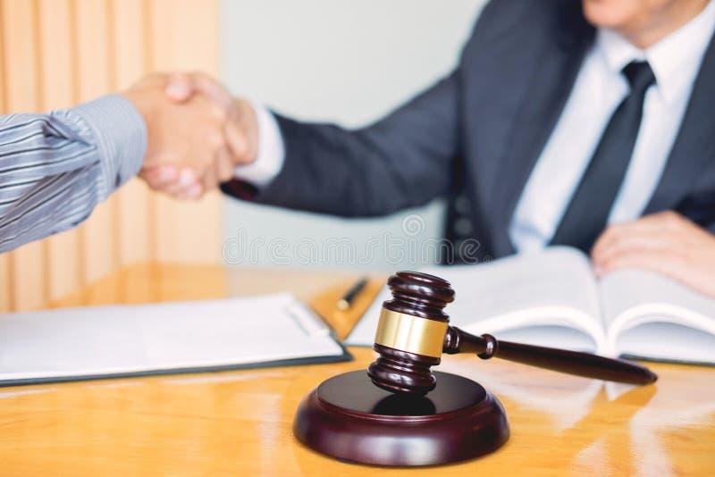 Wet en Juridisch begrip, Overleg tussen procureurs en cli?ntenklant het schudden handen die contractovereenkomst binnen bespreken royalty-vrije stock fotografie