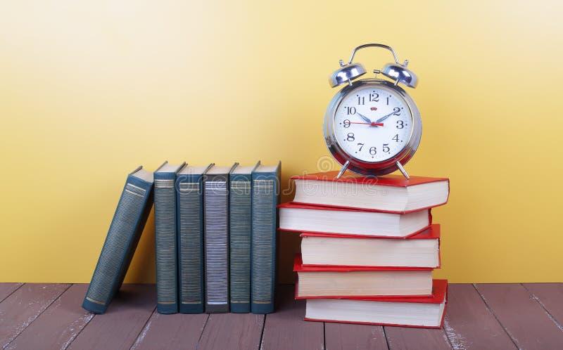 Wetenschap en onderwijs - wekker en groep colorfullboek stock afbeelding