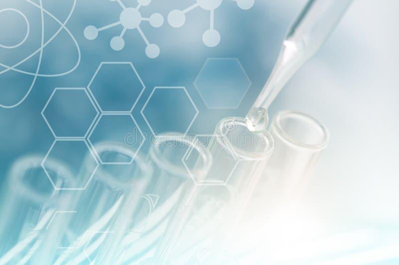 Wetenschap en onderzoek het concept, sluit omhoog pipet dalend chemistr stock foto's