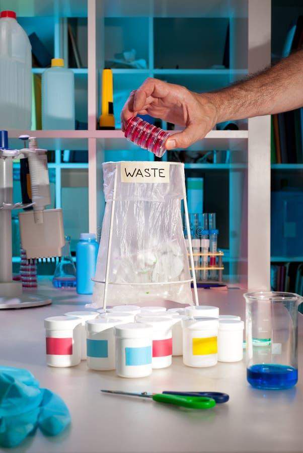 Wetenschappelijk afval in modern laboratorium stock afbeelding