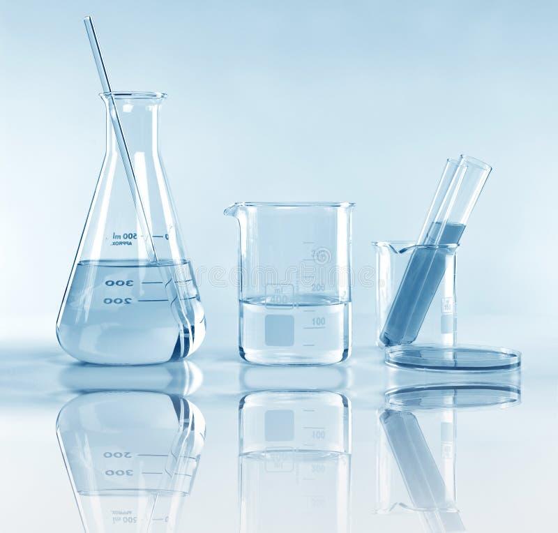 Wetenschappelijk laboratorium experimenteel glaswerk met duidelijke oplossing stock foto