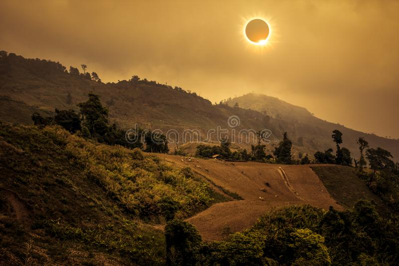 Wetenschappelijk natuurverschijnsel Totale zonneverduistering met diamant stock foto's