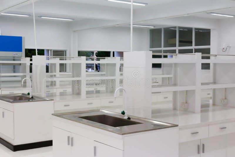Wetenschappelijke achtergrond: modern laboratoriumbinnenland uit nadruk, stock afbeelding