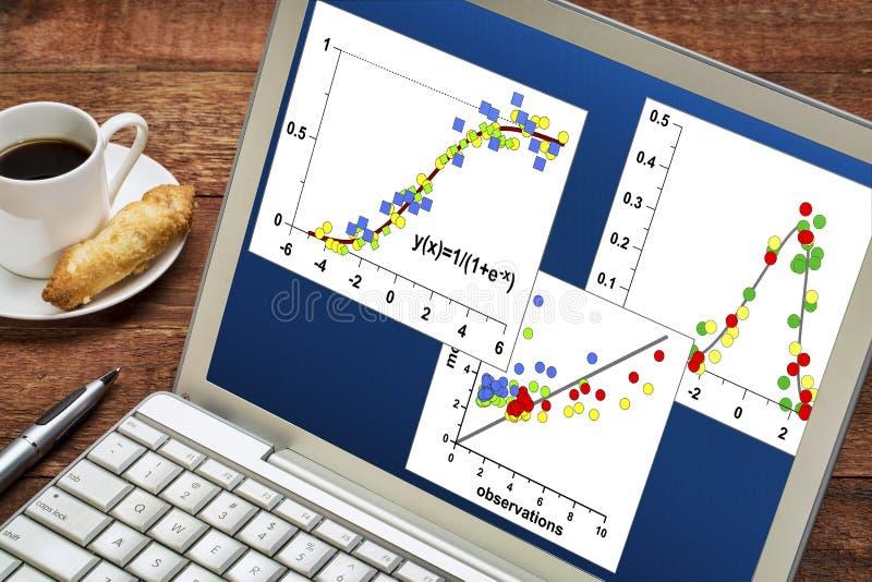Wetenschappelijke gegevensgrafieken op laptop stock afbeeldingen