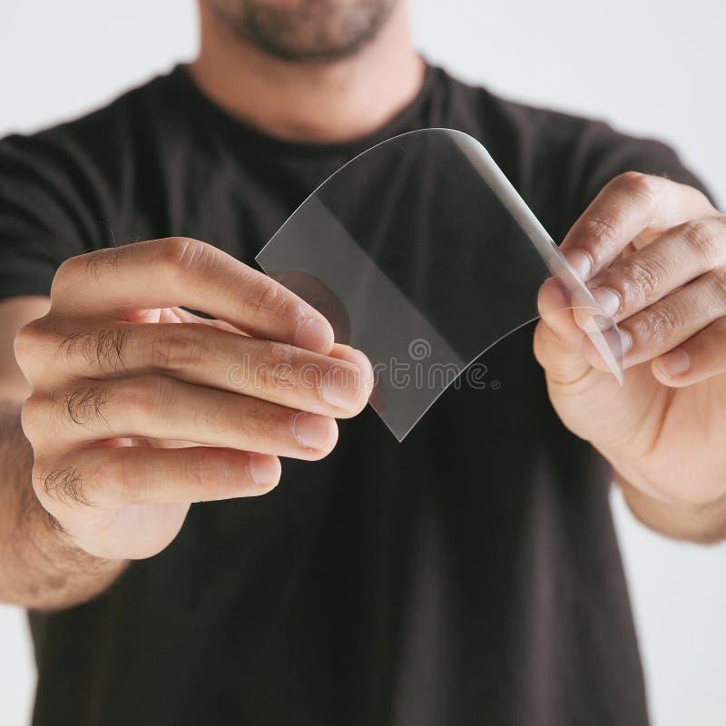 Wetenschappelijke holdings ééndelige transparant van graphene. stock foto