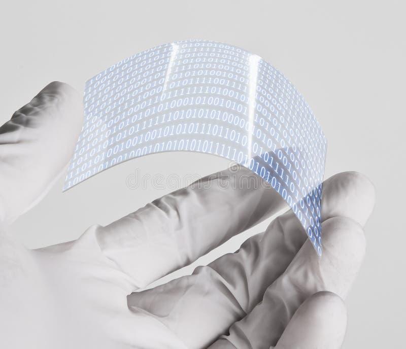 Wetenschappelijke holdings ééndelige transparant van graphenetoepassing met binair aantallenconcept. stock afbeeldingen