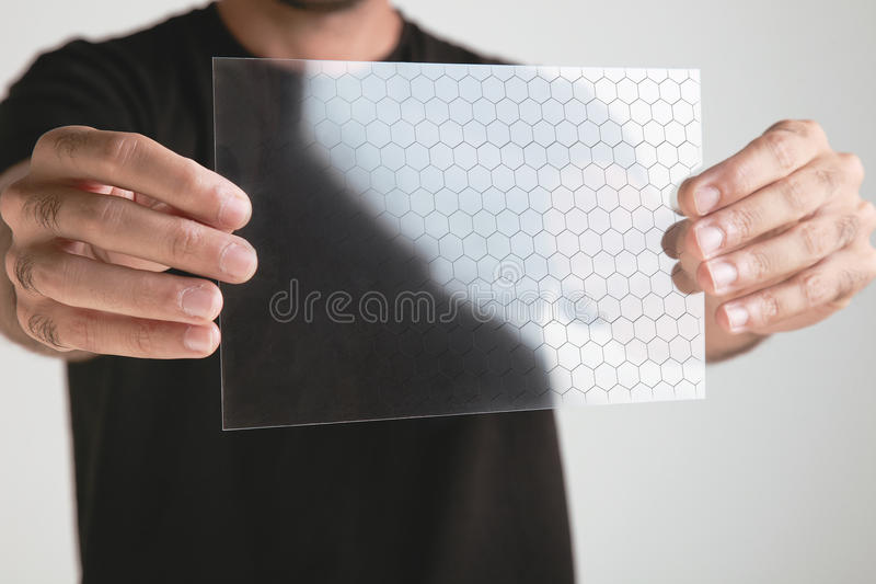 Wetenschappelijke holdings ééndelige transparant van graphenetoepassing met molecule formuleert.  concept. royalty-vrije stock foto's