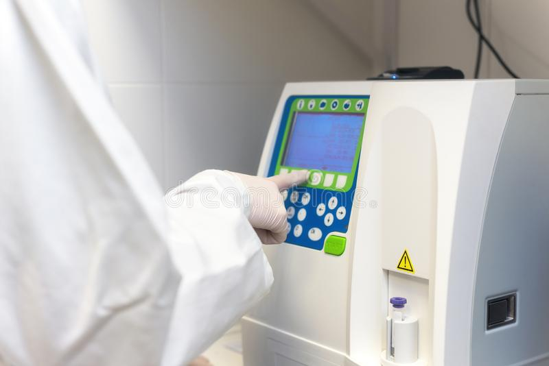 Wetenschappelijke medische test met geautomatiseerde hematologieanalyse stock fotografie