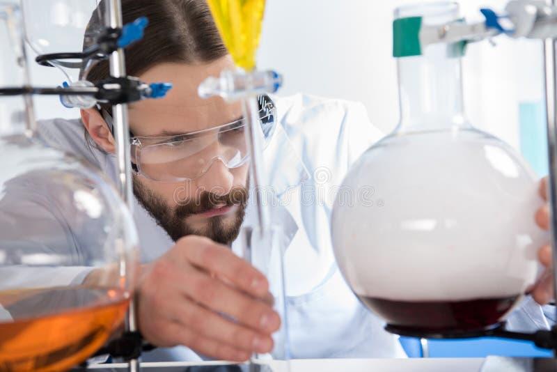 Wetenschapper die experiment maken stock afbeelding