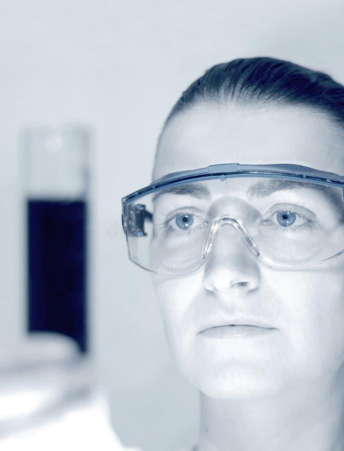 Wetenschapper die in laboratorium werkt royalty-vrije stock foto