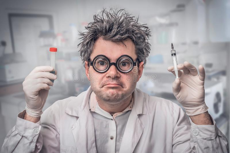 Wetenschapper die met grijs haar experimenten in laboratorium uitvoeren royalty-vrije stock afbeelding