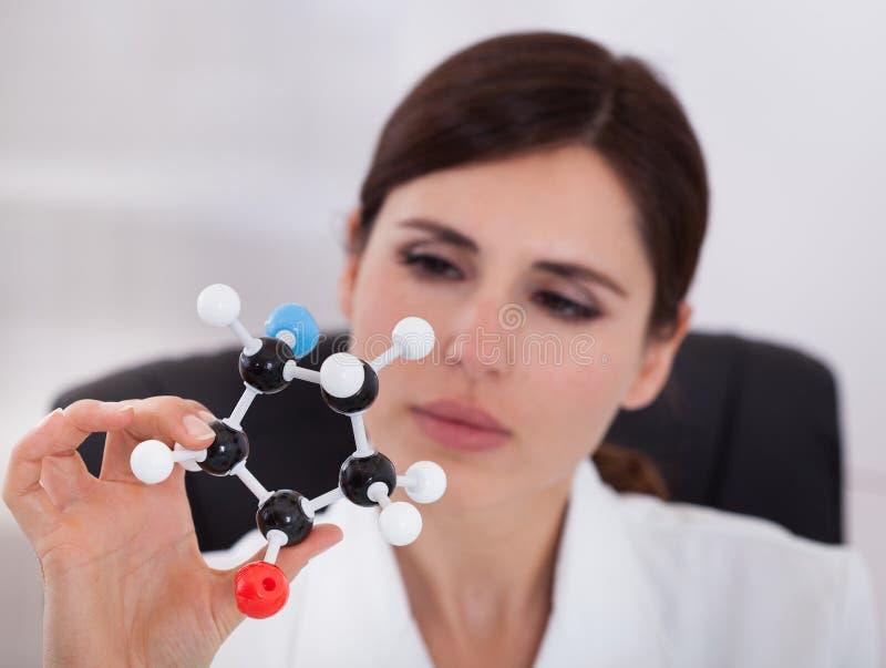 Wetenschapper die Moleculaire Structuur bekijken stock foto's