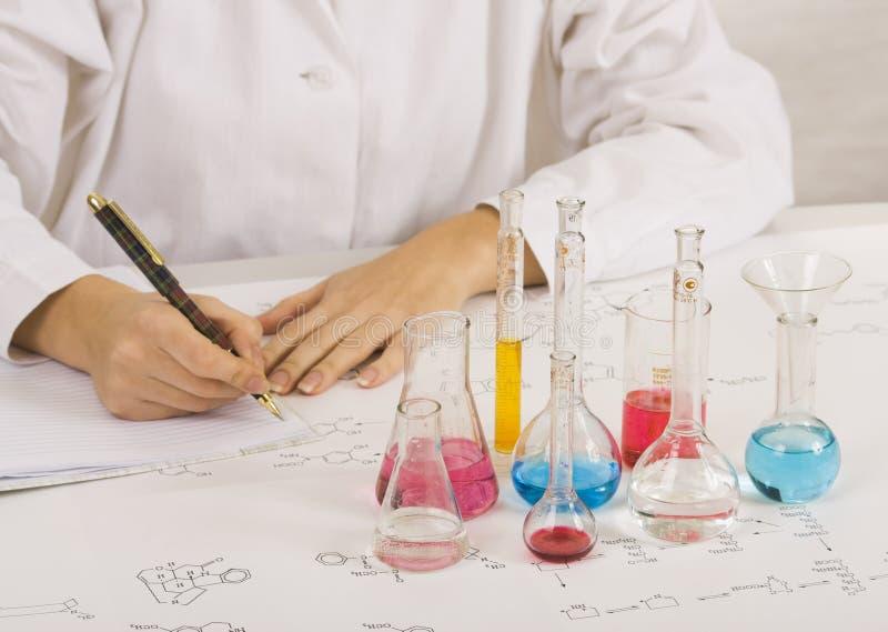 Wetenschapper die tests in laboratorium maakt stock fotografie