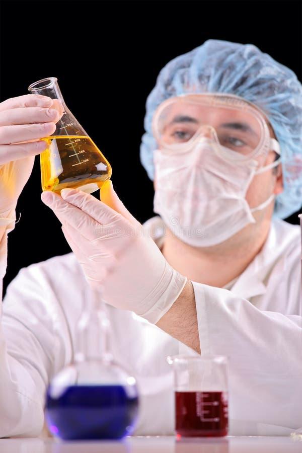 Wetenschapper in een laboratorium royalty-vrije stock afbeelding