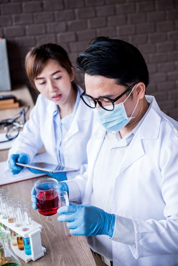 Wetenschapper en chemisch product stock afbeeldingen
