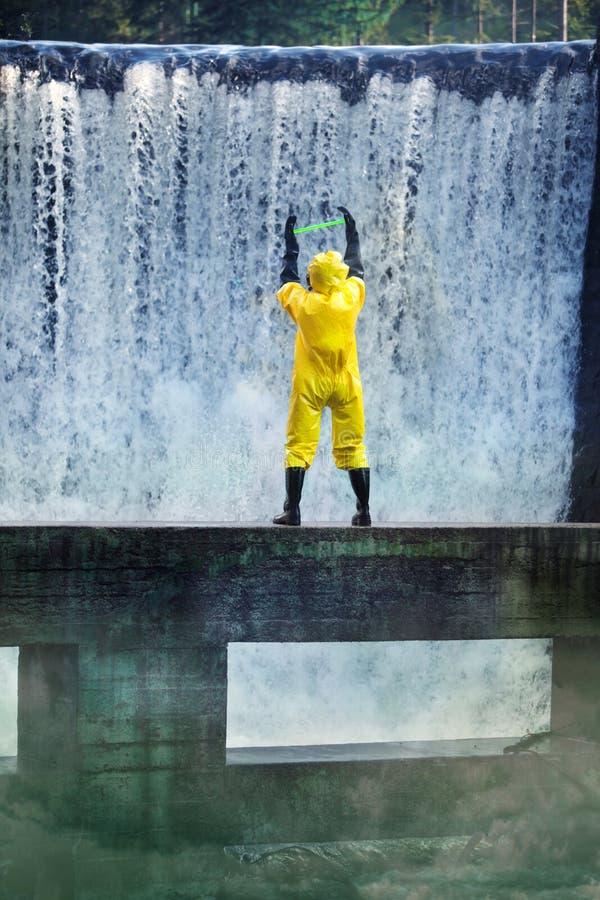 Wetenschapper en giftige substantie op vervuild gebied royalty-vrije stock foto's