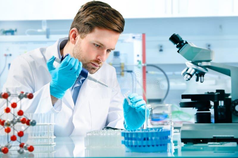 Wetenschapper het werken stock foto's