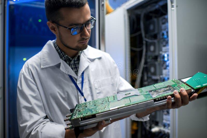 Wetenschapper Inspecting Supercomputer stock afbeelding