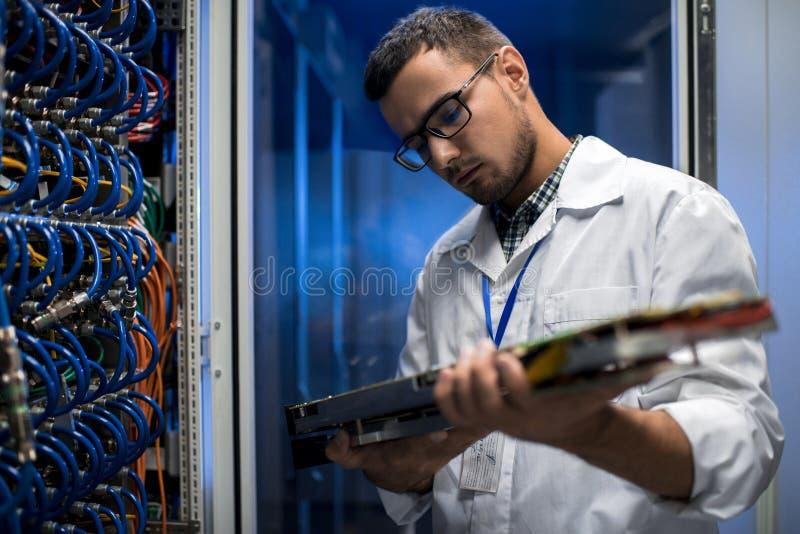 Wetenschapper Inspecting Supercomputer Servers stock foto's