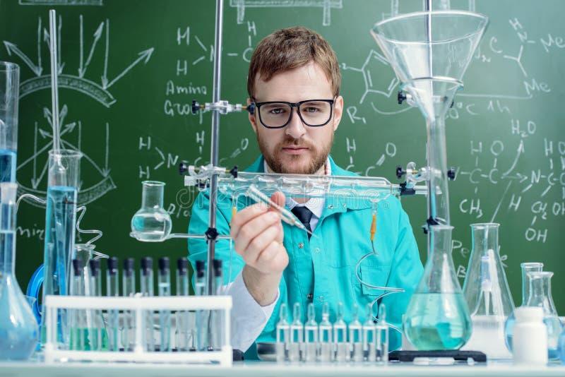 Wetenschapper in laboratorium stock foto