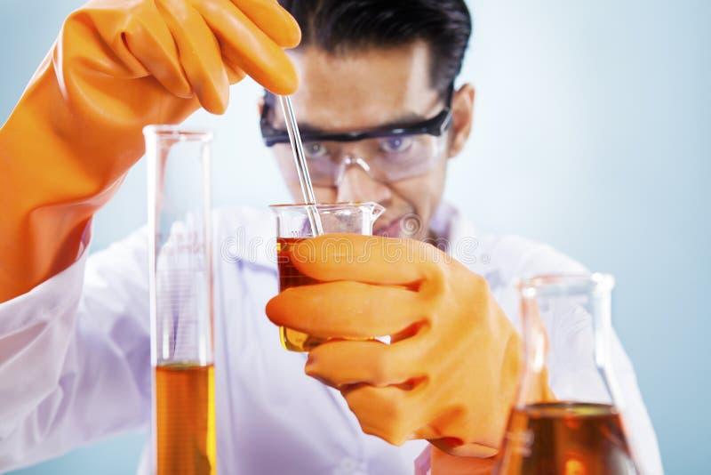 Wetenschapper met chemische producten stock afbeeldingen