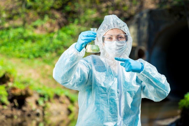 Wetenschapper met een reageerbuis water royalty-vrije stock foto's
