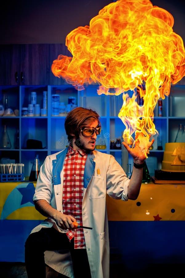 Wetenschapper met het branden van wapen stock foto's