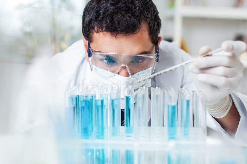 Wetenschappermens die bij het laboratorium werken royalty-vrije stock afbeelding