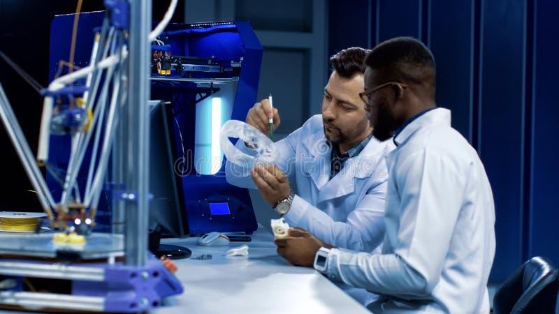 Wetenschappers die bij 3-D druk in geneeskundedoeleinden werken royalty-vrije stock foto