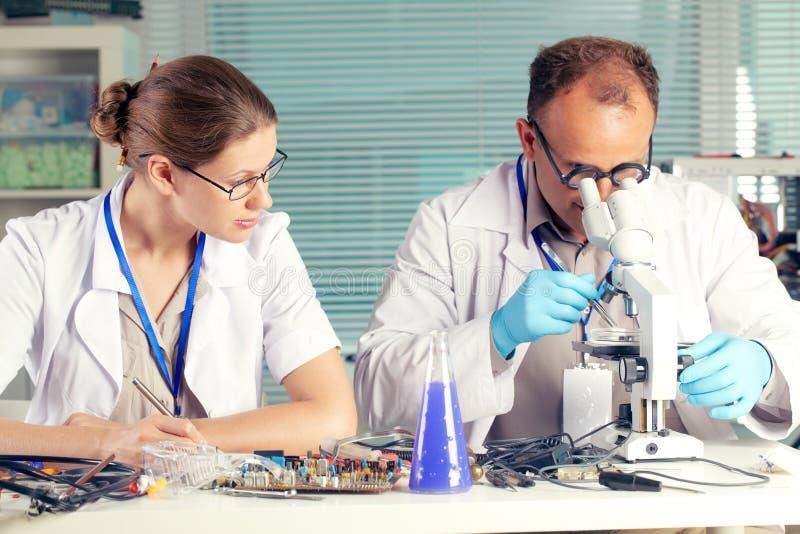 Wetenschappers die in een chemisch laboratorium werken royalty-vrije stock afbeelding