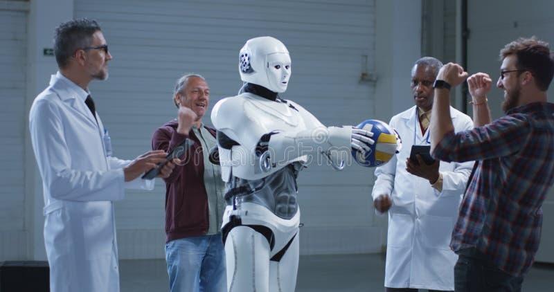 Wetenschappers die een de handbeweging testen van humanoidrobots royalty-vrije stock foto's