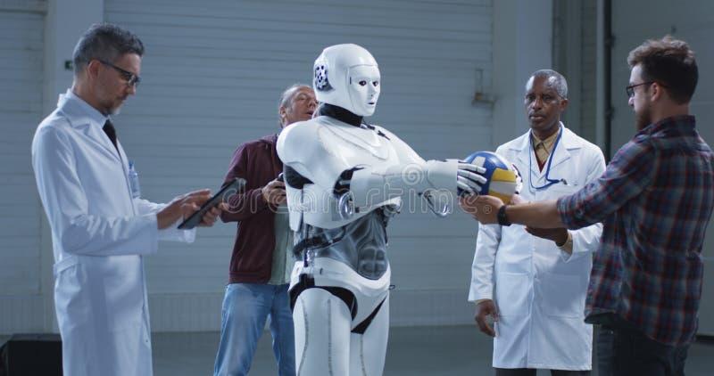 Wetenschappers die een de handbeweging testen van humanoidrobots royalty-vrije stock fotografie
