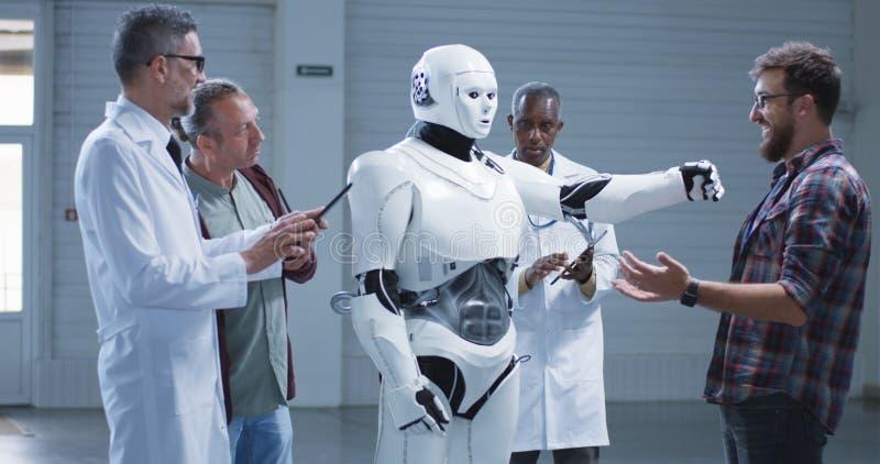 Wetenschappers die een de handbeweging testen van humanoidrobots stock foto