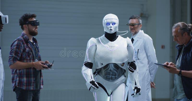 Wetenschappers die robotbeweging testen royalty-vrije stock afbeelding